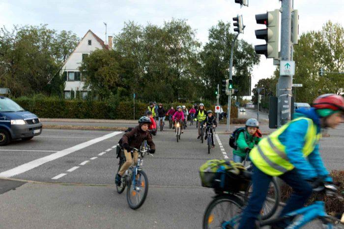 Radler überqueren kombinierte Radfahrer-Fußgängerampel